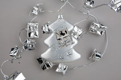 Silbertanne der Weihnachtsdekoration mit Girlande Stockbilder