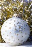 Silberverzierungkugel des Dekoration-Weihnachtsneuen Jahres stockbild
