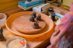 Silbido de cerámica del penique del recuerdo en taller de la cerámica imagenes de archivo
