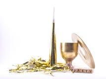 Silbido pintado de oro del partido, vidrio, disco con la muestra - vaya de fiesta en un fondo blanco - todavía vida Fotos de archivo