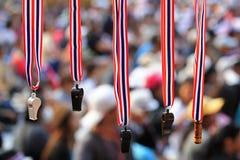 Silbidos con la ejecución del acollador de la bandera de Tailandia para la venta Fotos de archivo libres de regalías