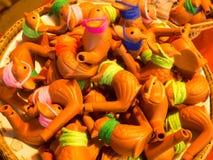 Silbidos en la forma de la cerámica de cerámica de los pájaros Imagenes de archivo