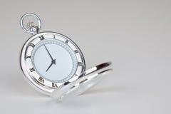 Silbrige klassische Uhr Lizenzfreie Stockfotos