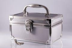 Silbriger Kofferkasten mit Schlüsseln Stockfotografie