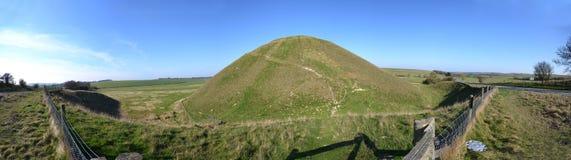 silbury小山的全景 免版税库存照片