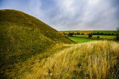 Silburyheuvel - de oude voorhistorische krijtpiramide dichtbij Avebury in Wiltshire, Engeland stock afbeeldingen