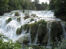Silence au milieu des cascades, juste ébullitions de l'eau Images stock