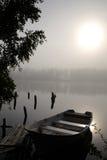 Silence brumeux de mystique de lac Photo stock