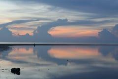 Silence et tranquilité Coucher du soleil d'océan de miroir Image stock