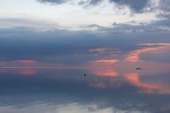 Silence et tranquilité Coucher du soleil d'océan de miroir Image libre de droits
