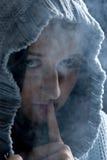 Silence ! Femme caché dans la fumée Images libres de droits
