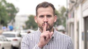 Silencie por favor, dedo nos bordos pelo homem ocasional da barba filme