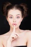 Silencieux et Shushing Femme tenant son doigt sur ses lèvres Photo stock