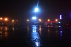 Silencio de la ciudad de la noche en la niebla Luces de las luces de estacionamiento vacías en la noche fotos de archivo libres de regalías