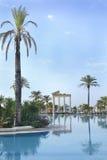 Silencio de la mañana cerca de la piscina del hotel en turco Imagen de archivo libre de regalías