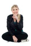 Silencio que gesticula adolescente rubio lindo Fotografía de archivo libre de regalías