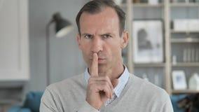 Silencioso, gesto do silêncio pelo homem envelhecido médio video estoque