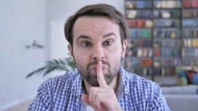 Silencioso, gesto do silêncio pelo homem ocasional da barba vídeos de arquivo