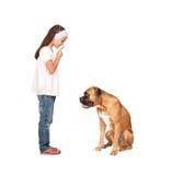 Silenzio d'ordinazione della ragazza adorabile il suo cane immagini stock libere da diritti