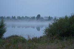 Silenzioso lisci la superficie dell'acqua nel fiume Immagine Stock