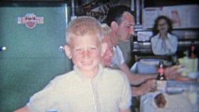 SILEX, MICHIGAN 1955 : Famille buvant de la bière de Budweiser à la table de cuisine pendant le Thanksgiving banque de vidéos
