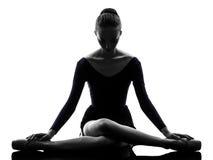 少妇舒展芭蕾舞女演员的跳芭蕾舞者使silho兴奋 免版税图库摄影