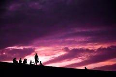 Silhoettes de la gente en puesta del sol en Huacachina Foto de archivo libre de regalías