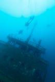 Silhoettes dell'operatore subacqueo intorno al naufragio della nave Fotografia Stock Libera da Diritti