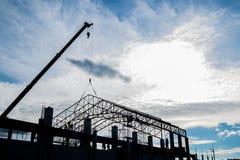 Silhouet in aanbouw plaats met de arbeider van de contractant Stock Foto