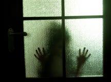 Silhouet achter een deur stock foto's