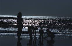 Silhouet bij oceaan Stock Foto's