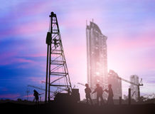 Silhouet de ingenieur die Laders en vrachtwagens in een gebouw zit kijken Royalty-vrije Stock Fotografie