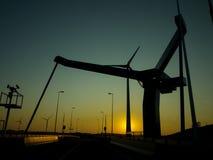 Silhouet del puente contra el cielo azul Fotografía de archivo