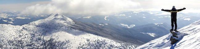 Silhouet die van alleen toerist zich op sneeuwbergbovenkant bevinden in wi royalty-vrije stock fotografie