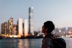 Silhouet die van de mens stad onder ogen zien Royalty-vrije Stock Foto