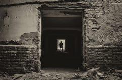 Donkere gang en de man stock afbeeldingen afbeelding 31497674 - Idee gang ingang ...