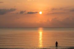 Silhouet die van de mens zich in het overzees bewegen Stock Foto's