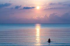 Silhouet die van de mens zich in het overzees bewegen Stock Afbeelding