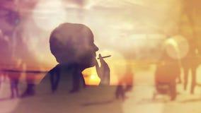 Silhouet die van een Vrouwen Rokende Sigaret in Zonsondergang, over de Afgelopen Tijden denken stock footage