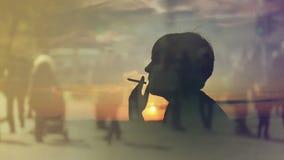 Silhouet die van een Vrouwen Rokende Sigaret in Zonsondergang, over de Afgelopen Tijden denken stock video
