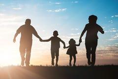 Silhouet die van Familie in Park lopen royalty-vrije stock foto's