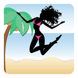 Silhouet die van gelukkig meisje bikini dragen die op strand springen Stock Fotografie