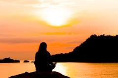 Silhouet die van jonge vrouw het bevinden zich bij ontspant stelt of de vrijheid stelt of de kou stelt stock afbeeldingen