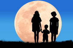 Silhouet Drie broers die volle maan kijken Stock Afbeelding
