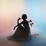 Silhouet elegante vrouw op kleurenachtergrond Royalty-vrije Stock Afbeelding