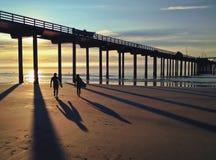 Silhouet en Schaduwen van Surfers langs de Vreedzame Oceaan, de V.S. stock foto