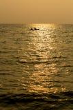 Silhouet enige boot op zee in zonsondergang Royalty-vrije Stock Fotografie