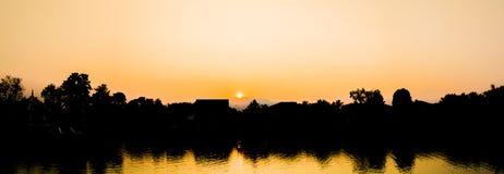 silhouet geschoten beeld van kokospalm en zonsonderganghemel in backgrou stock fotografie