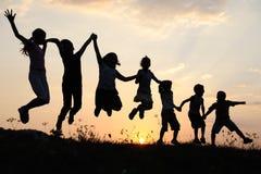 Silhouet, groep gelukkige kinderen Stock Afbeelding
