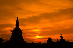 Silhouet het geruïneerde pagode en standbeeld van Boedha, Thailand Royalty-vrije Stock Afbeelding